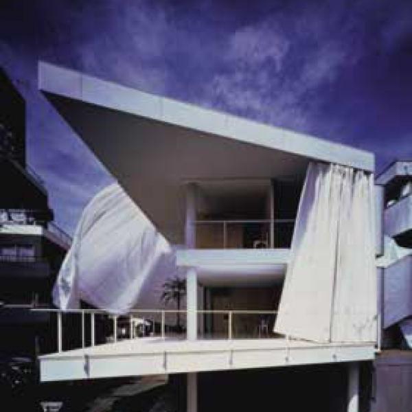 Curtain Wall House Shigeru Ban 01 600x600 c