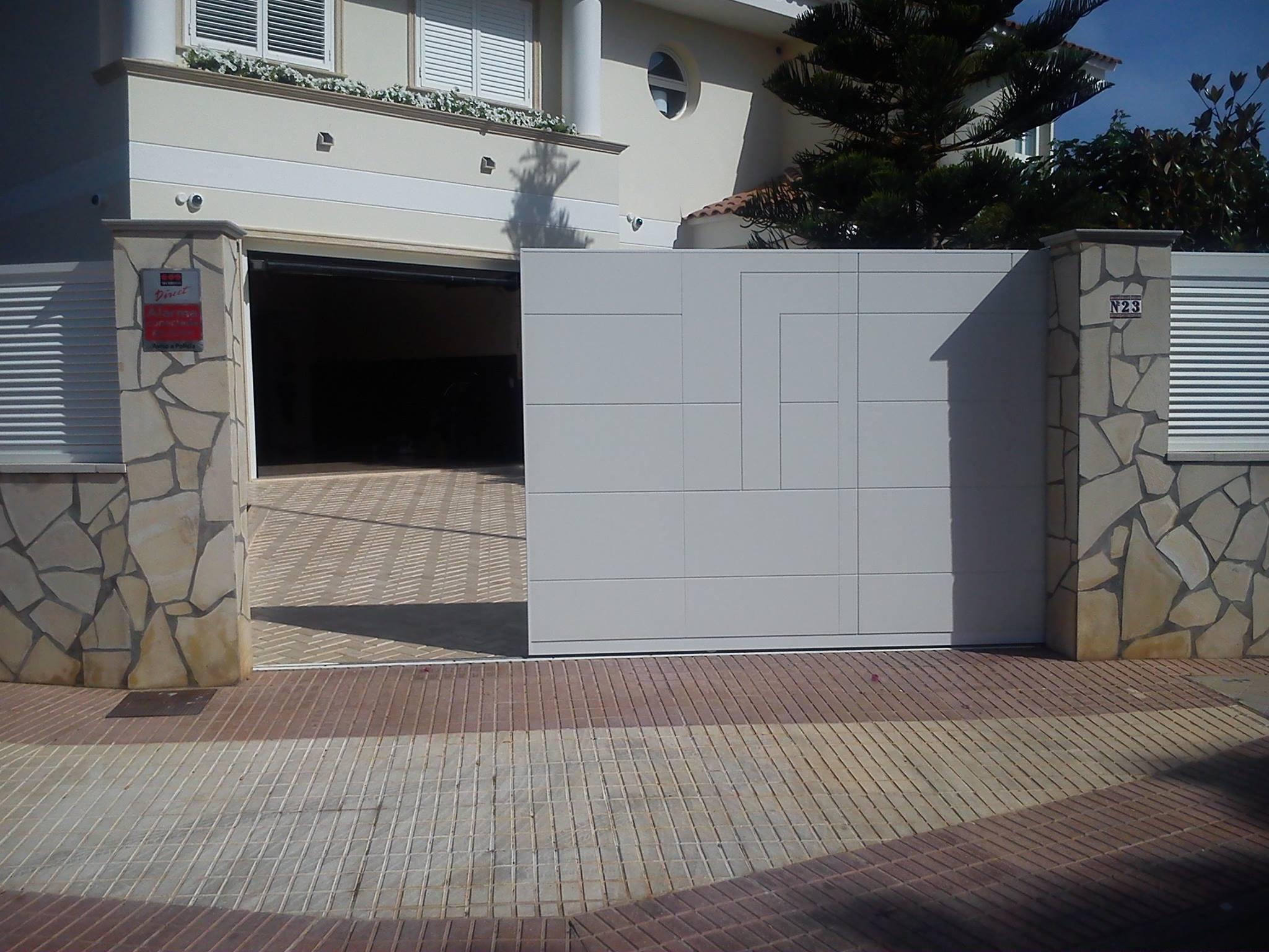 Combinar puertas de entrada y puertas de garaje con for Puertas de entrada baratas
