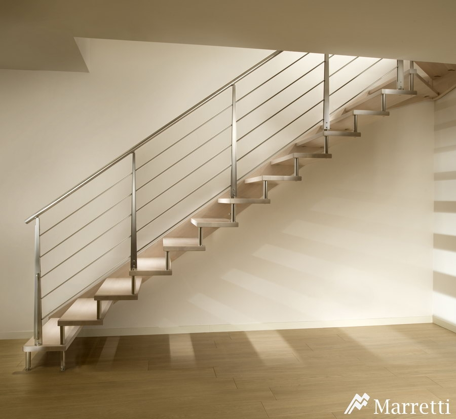 FLO 110 – Escalera de madera con zanca lateral 900x826 c
