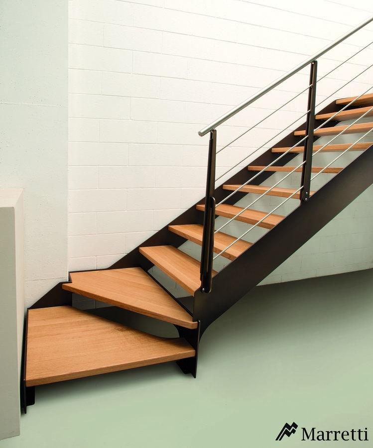 FLO 140 – Escalera para interiores de acero y peldaños de roble 749x900 c