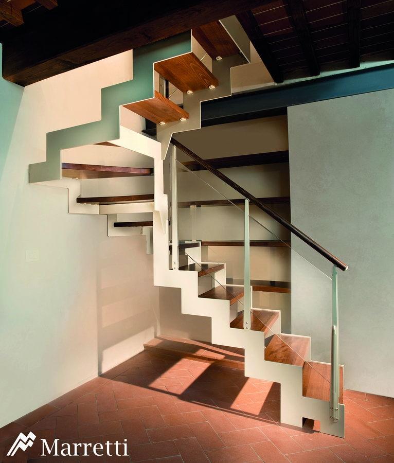FLO 155 – Escalera de rampa de acero y madera de haya maciza 766x900 c
