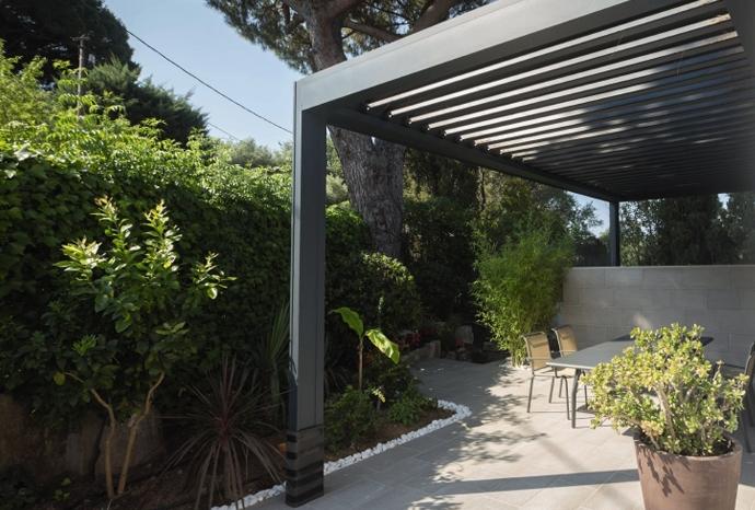 Consejos para decorar un jard n timberplan for Pergolas de hierro para jardin